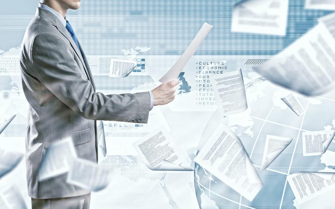Een man in een pak dat een papier vast heeft. Er vliegen ook papieren in het rond.